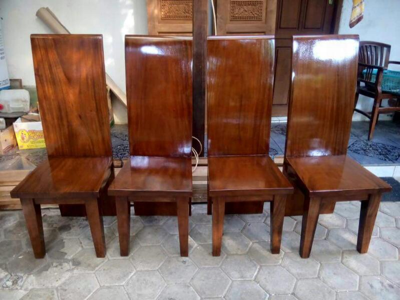 Kursi makan blok solid trembesi adalah salah satu produk furniture kayu yang memiliki banyak fungsi alias kegunaan. kursi kayu dengan sandaran kursi berukuran panjang seperti ini biasanya banyank digunakan sebagai kursi makan. namun bila anda ingin melakukan sedikit modifikasi atau kreatifitas dalam dekorasi furniture rumah, kursi bersandaran panjang ini juga dapat dimanfaatkan sebagai paduan jenis furniture yang lainya. anda dapat memanfaatkannya sebagai kursi teras, kursi taman dan kursi tamu juga bisa menjadi sebuah pilihan yang dapat dipertimbangkan. tinggal bagaimana kreatifitas anda saja dalam memadukannya dengan berbagai furniture yang anda miliki dirumah. berbekal bahan material pilihan dengan kualitas yang terjamin, Kursi makan blok solid trembesi memiliki tingkat konstruksi yang kokoh dan daya tahan yang tangguh. dengan pebggubaan wajar dan disertai dengan perawatan yang memadai, produk furniture kursi ini dapat dipakai dengan awet dan tahan lama. untuk menambah unsur estetika dan daya tarik, kami melakukan proses finishing menggunakan salak dengan sentuhan efek gloss. penggunaan bahan pewarna dan tehnik pewarnaan ini menjadikan lapisan kayu terlihat terang natural dan bercahaya. bila anda menempatkannya didalam ruangan dan ditambah dengan pencahayaan yang memadai, anda juga akan mendapat efek berkilau terpancar dari refleksi cahaya yang terpantul dari permukaan lapisan kayunya. produk Kursi makan blok solid trembesi hadir dengan range harga yang cukup bersahabat per pcs nya. untuk harga satuannya kami tawarkan mulai dari Rp. 450.000 saja. dengan harga yang cukup terjangkau, anda sudah dapat memiliki produk furniture berkualitas dengan penampilan yang tidak kalah dengan barang-barang furniture kelas premium lainya yang memiliki harga relatif lebih tinggi dari pada harga kusrsi yang kami tawarkan ini.